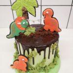 Layer cake - Dinos - biscuits décorés, génoise chocolat, croustillant cacahuètes, bananes et mousse chocolat